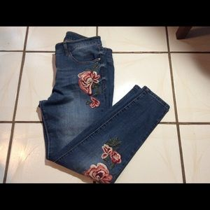 Kensie floral Embroidered jeans 10/30